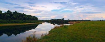 Paisagem da noite com o rio Foto de Stock