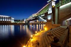 Paisagem da noite da cidade de Moscou com uma ponte Imagens de Stock