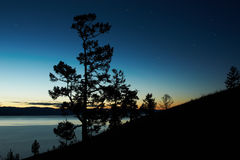 Paisagem da noite de encontro a um lago Baikal do declínio Fotografia de Stock