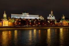 Paisagem da noite do centro histórico de Moscou Arquitetura do Kremlin de Moscou com iluminação fotografia de stock