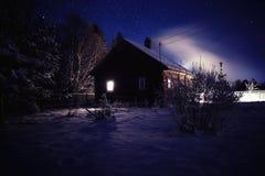 Paisagem da noite do inverno na vila imagem de stock