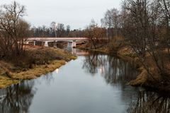 Paisagem da noite do outono com rio de Istra e ponte do carro Imagens de Stock