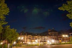 Paisagem da noite Grande construção na noite A luz brilha facade imagem de stock royalty free
