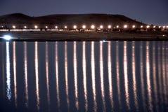 Paisagem da noite: reflexões claras na água imagem de stock
