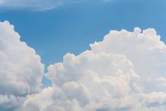 Paisagem da nuvem no céu azul Foto de Stock