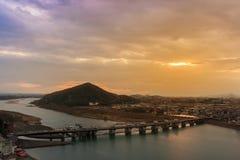 Paisagem da opinião da cidade do inuyama com o rio da montanha e do kiso em s Imagem de Stock