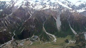 Paisagem da opinião do panorama da montanha da neve da janela do helicóptero em Nova Zelândia filme