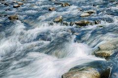 Paisagem da pedra do fluxo do rio da montanha fotografia de stock