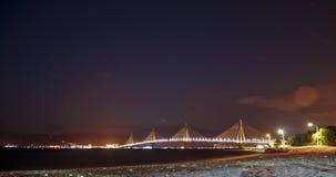 Paisagem da ponte do Rio-Antirrio, Grécia da noite imagem de stock