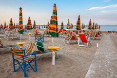 Paisagem da praia do verão com guarda-chuvas e cadeiras de praia Fotografia de Stock Royalty Free