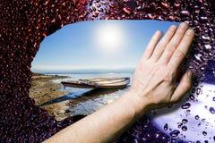 A paisagem da praia na chuva limpou o vidro molhado Imagem de Stock Royalty Free