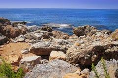 Paisagem da praia rochosa no mar azul Seascape do cenário no dia de verão ensolarado brilhante na natureza tropical Pedras, rocha Foto de Stock