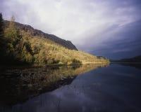 Paisagem da queda do lago e da montanha em Alaska Imagem de Stock