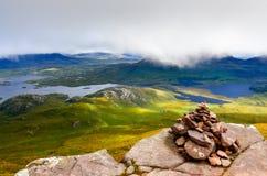 Paisagem da região selvagem de Inverpolly com a pirâmide de pedra pequena, Scotla Imagens de Stock
