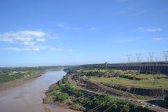 Paisagem da represa com céu azul Imagem de Stock
