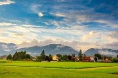 Paisagem da vila da cidade pequena na área de montanhas imagens de stock royalty free