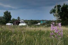 Paisagem da vila em Rússia antes do temporal imagens de stock