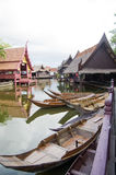 Paisagem da vila tailandesa do beira-rio do estilo Imagem de Stock Royalty Free