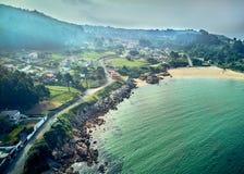 Paisagem da vista aérea da praia de Chanteiro na Espanha de Galiza foto de stock royalty free