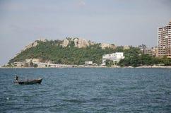 A paisagem da vista de Laem thaen a praia cênico a de Bangsaen da vigia em Chon Buri, Tailândia foto de stock royalty free