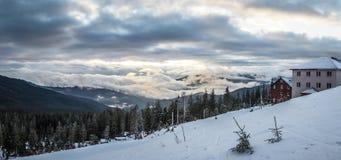 Paisagem das montanhas da neve do panorama Nascer do sol sobre a montanha Carpathian em Ucrânia Imagem de Stock