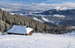 Paisagem das montanhas do inverno na manhã ensolarada Fotos de Stock Royalty Free