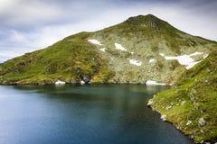 Paisagem das montanhas do lago e do Fagaras capra Fotografia de Stock