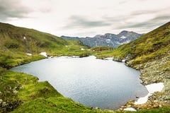 Paisagem das montanhas do lago e do Fagaras capra Fotos de Stock