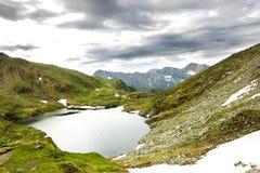 Paisagem das montanhas do lago e do Fagaras capra Foto de Stock Royalty Free