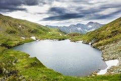 Paisagem das montanhas do lago e do Fagaras capra Imagens de Stock