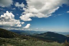 Paisagem das montanhas no dia ensolarado nas montanhas foto de stock royalty free