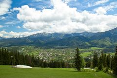 Paisagem das montanhas no verão, céu azul nebuloso de Tatra Fotografia de Stock