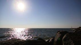 Paisagem das ondas e das rochas de água do mar filme