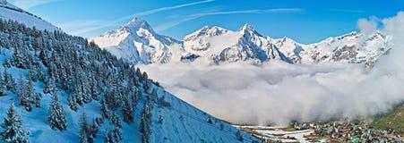 Paisagem de alpes da montanha da neve fotografia de stock