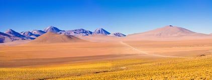 Paisagem de Altiplano sobre em 4000 medidores da altura no deserto de Atacama Fotografia de Stock
