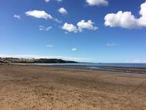 Paisagem de Anglesey - praia e céu azul brilhante Imagens de Stock Royalty Free
