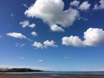 Paisagem de Anglesey - praia e céu azul brilhante Imagens de Stock