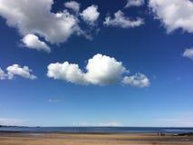 Paisagem de Anglesey - praia e céu azul brilhante Imagem de Stock Royalty Free