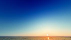 Paisagem de ardência bonita do por do sol na rendição do mar 3D Fotos de Stock