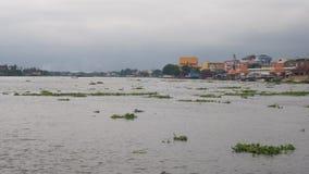 Paisagem de Chao Phraya River e da construção e nebuloso Foto de Stock Royalty Free