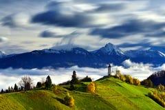 Paisagem de Eslovênia, natureza, cena do outono, natureza, cachoeira, montanhas imagem de stock royalty free
