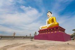 Paisagem de estátuas grandes de buddha em Tailândia com o céu azul na estada da luz solar da tarde no templo tailandês do public  fotografia de stock royalty free