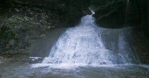 Paisagem de fluxo da cachoeira do rio da água em montanhas vídeos de arquivo