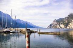 Paisagem de Garda com uma vista do porto de Riva Imagem de Stock