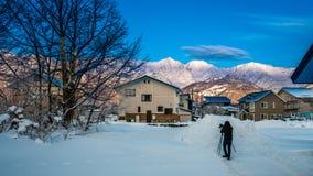 Paisagem de With House Snow do fotógrafo fotografia de stock royalty free