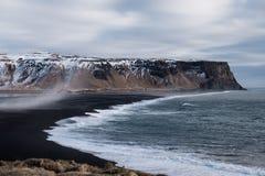 Paisagem de Islândia, praia popular da areia do preto do marco em Vik, Islândia Fotografia de Stock