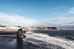 Paisagem de Islândia, praia popular da areia do preto do marco em Vik, Islândia Imagem de Stock