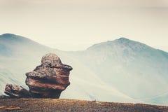 Paisagem de Minimalistic da pedra e das montanhas da rocha Foto de Stock