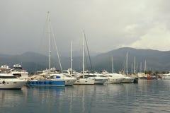 Paisagem de Misty Mediterranean Iate na névoa Montenegro, baía de Kotor, cidade de Tivat, vista do porto do iate de Porto Montene imagem de stock