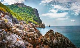 Paisagem de montanhas rochosas e de mar no litoral Baía com os navios no mar Mediterrâneo tropical Natureza turca Fotografia de Stock